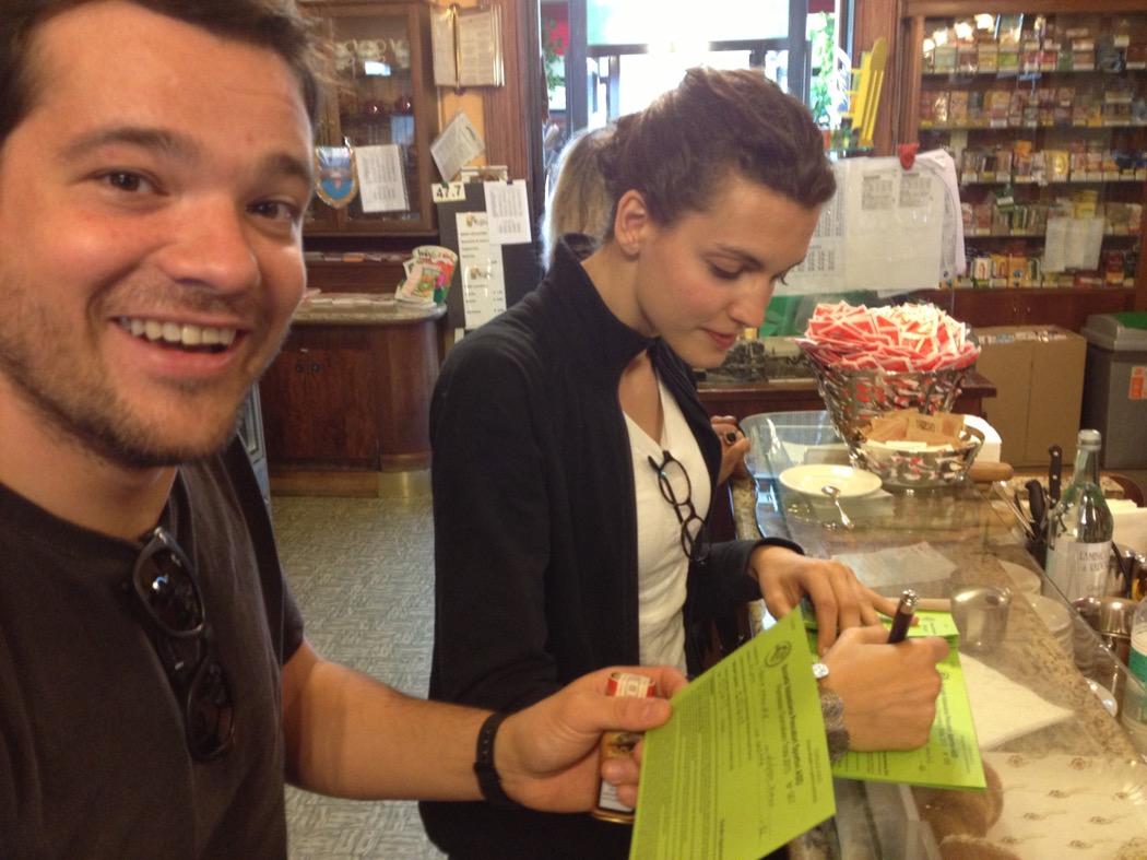 Vitta e Marta compilano i permessi giornalieri