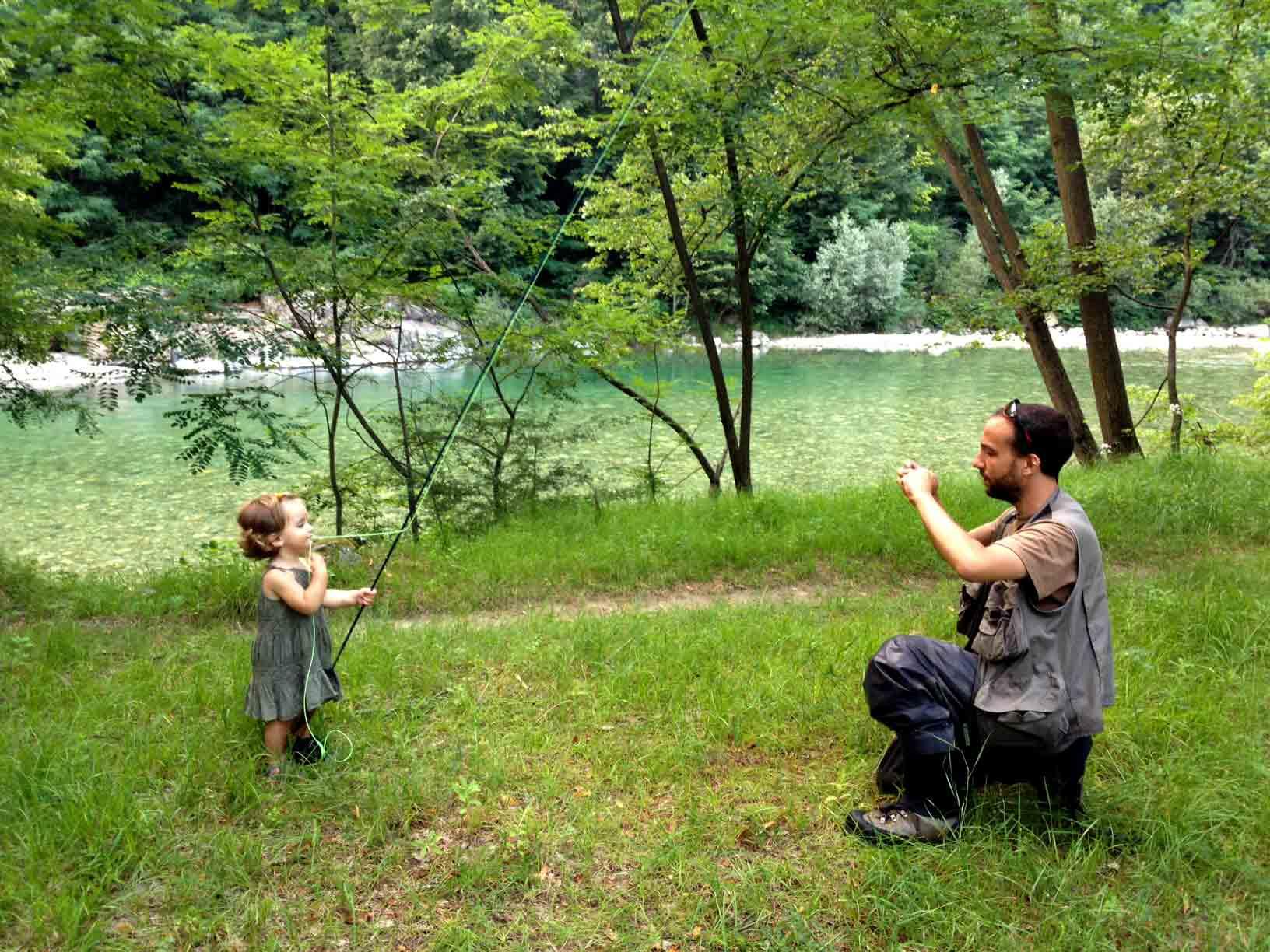 Momento di orgoglio paterno sul fiume Sesia