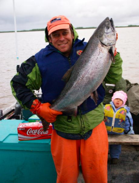 Paul Greenberg con un salmone - immagine presa da google immagini