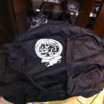 Il logo dell'Anonima risplende sul borsone: tanti auguri Pietro!