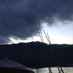 Canne da pesca in barca al tramonto