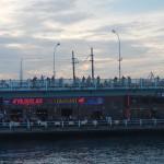 Il ponte di Galata al tramonto e i pescatori
