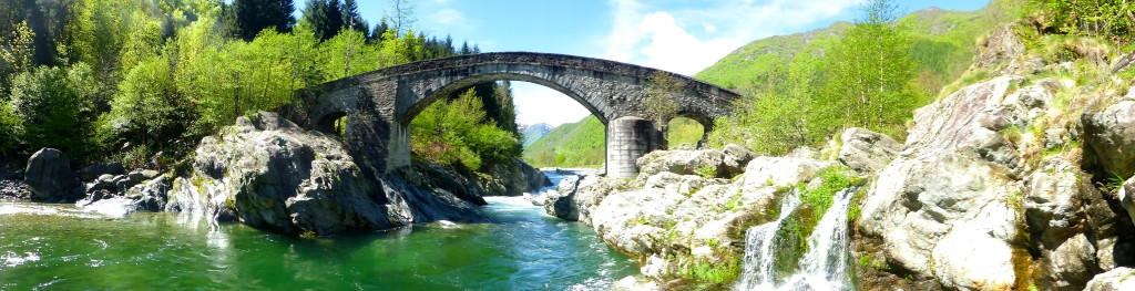 Ponte di pietra sul Sesia