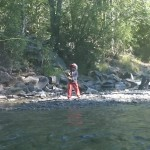 Bambina combatte salmone a mosca, aiutata dalla mamma