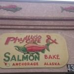 Insegna di un bar in Alaska.... Salmoni everywhere!