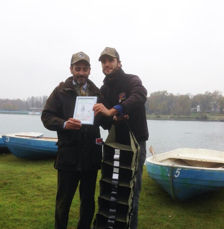 Pietro premia Nicola come Pescatore più Elegante e Stiloso