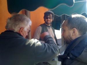 Ruccio spiega, Francis e Jacopo ascoltano