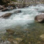 Le fresche acque del fiume di montagna