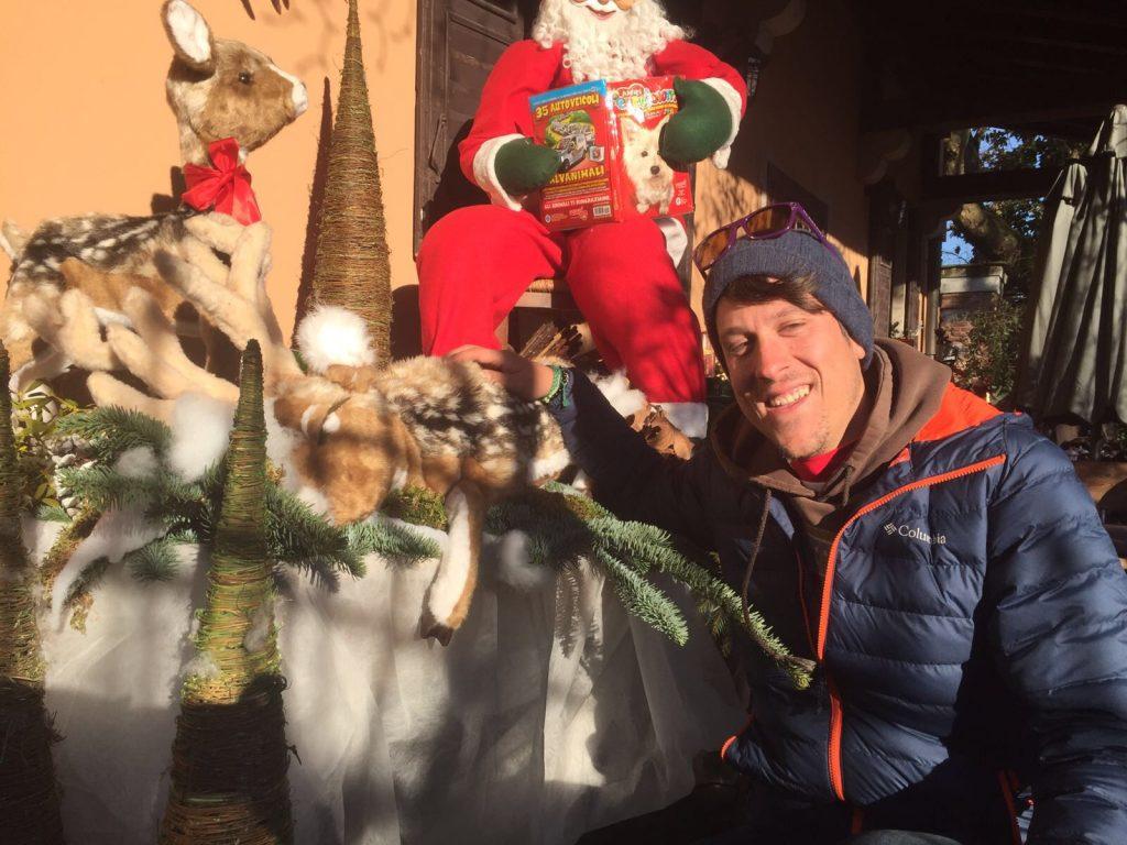 Ale in posa con una renna molto natalizia
