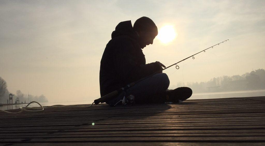 Jacopo controlla la tenuta dei nodi in una pausa della pesca