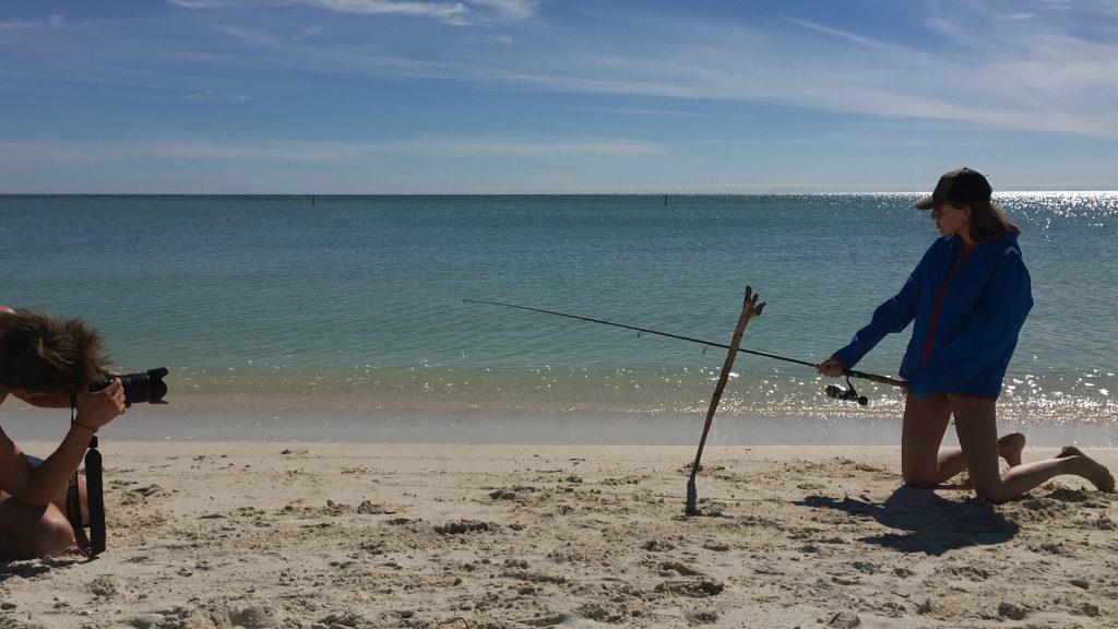 Lodo scatta Giulia, nei panni di modella-pescatrice...