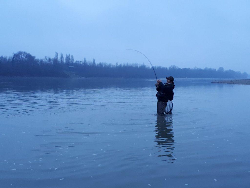 Passa il tempo, tramonta il sole e il pescione non molla!