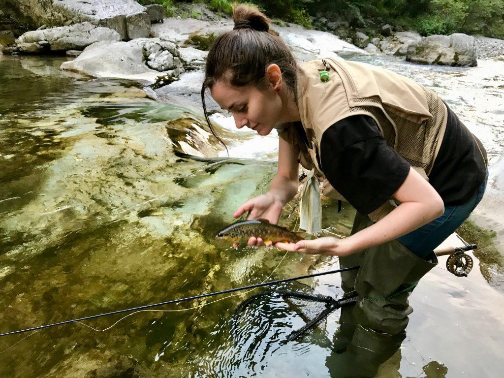 Valeria D'Ambrosio in pesca con trota fario