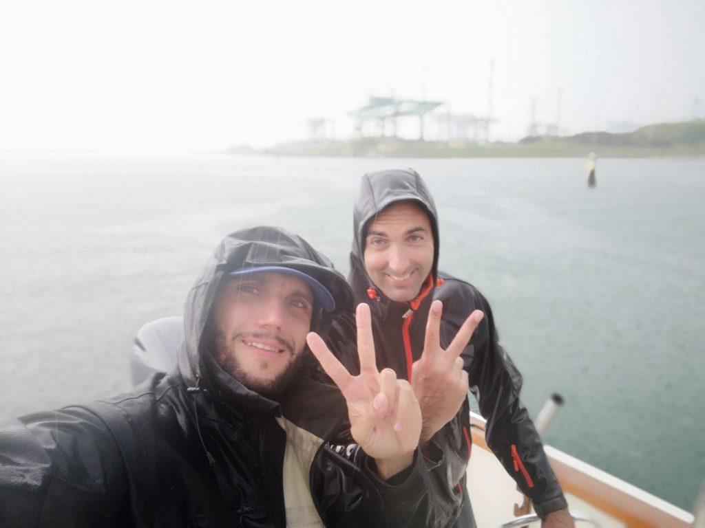 Pietro e Fabio, pioggia in mare