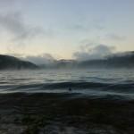 bruma all'alba sul lago
