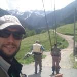 Pietro, Max e Roberto camminano verso l'alto torrente